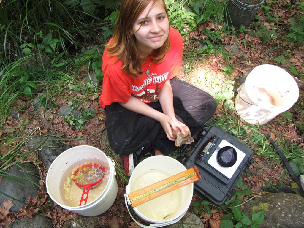 Michelle-Burgess-sampling-salmon-in-Millard-Creek